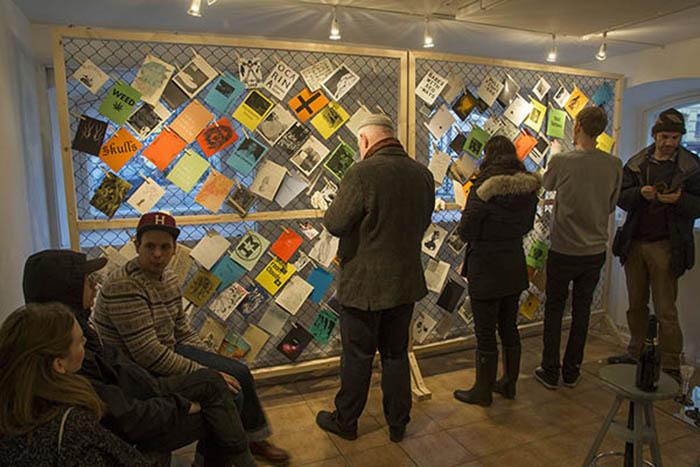 Grafik i Väst är en ideell förening där konstnärer som använder grafik som uttrycksmedel, kan organisera sig för att kunna visa & sälja sina verk och på olika sätt samarbeta, inbördes och med andra, för att stärka tryckkonstens och dess utövares situation och villkor.GiV startades utifrån ett behov av ett konstgrafiskt centrum i västra Sverige som skulle kunna komplettera etablerade konstinstitutioner. Den ursprungliga gruppen på 50 lokala konstnärer har vuxit till dagens ca 280 nationellt och internationellt baserade medlemmar. Galleriet hyser idag en samling på ca 4500 grafiska blad där publiken möter ett oerhört brett spektrum av konstnärliga uttryck. Tillsammans med vår administratör och gallerivärd organiserar vi välbesökta utställningar på vårt galleri i centrala Göteborg och på andra platser i Sverige och utomlands. (Omformulerat) Jämte utställingarna pågår konstnärspresentationer, samarbeten i olika workshops, föreläsningar, vi uppdaterar regelbundet en medlemskatalog och vi delar ut ett årligt stipendium till studenter inom konstgrafiken etc. Grafik i Väst är också medlem i ENDEGRA: Europeiskt nätverk för utveckling och utbildning i konstgrafik. (www.endegra.org) Vi erhåller medfinansiering i form av ett Verksamhetsstöd från Västra Götalandsregionen.Grafik i Väst deltar också aktivt i den politiska diskussion som rör konst- och kulturpolitiken i vårt samtida (och framtida) samhälle. Vi ser det kulturarv som vi är del av genom konstgrafiken, inte som något vi bevarar enbart för att det har funnits, utan som något vi utvecklar genom att erkänna konstens språklighet, dvs dess förmåga att gestalta mänskliga erfarenheter, och med åsikts- yttrande- och tryckfrihet som självklara referenser.HÄR FINNS VÅR INFORMATIONSFOLDER. pdf-format