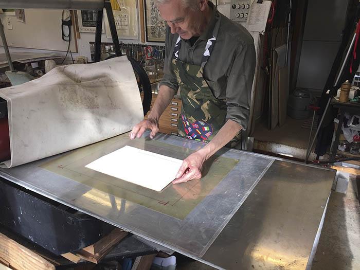 """Kopparstick, etsning, torrnål är tekniker som hör till denna teknikgrupp.När träsnittet utvecklades och man önskade finare linjer och delikatare gråskalakom en utveckling i tryckkonsten via silversmidet och vapensmidet. Inom dessa hantverke hade både gravyr och etsning utvecklats, men hur fick man ett tryck av det hela? Det behövdes både papper och en tryckpress.Papperet hade börjat tillverkas i Europa på 1400-talet och tryckpressen måste ha utvecklats via mangeln, dvs ett system av två valsar monterade på varandra med fjädrara och med en löpande tryckbädd däremellan. För att avtryck från en plåt, som graverats med stickel, vass nål eller etsats i ett syrakar, skulle ge en bild behövdes linjerna infärgas – på djupet- och plåten rentorkas från färg på """"ytan"""". Tryckpapperet behövde fuktas för att bättre kunna absorbera färgen. Den fanns ju på djupet av linjen och trycket blev än bättre om en filt placerades mellan papper och själva tryckcylindern.Djuptrycket var uppfunnit och då plåtarna oftast var av koppar blev tryckbegreppet också kallat: koppartryck.De första gravyrmästarna var Martin Schongauer och Albrecht Dürer. De är fortfarande oöverträffade. På 1600-talet utvecklades etstekniken av holländarna med Rembrandt som det mest kända namnet.På 1700-talet utvecklades akvatintetsningen, som är en teknik för gråskalan. Man ville efterlikna tuschlaveringen i tryck och åstadkom liknelsen med att """"damma"""" asfaltpulver på plåtens yta och på så sätt få en rasterliknande punktyta att laborera med."""