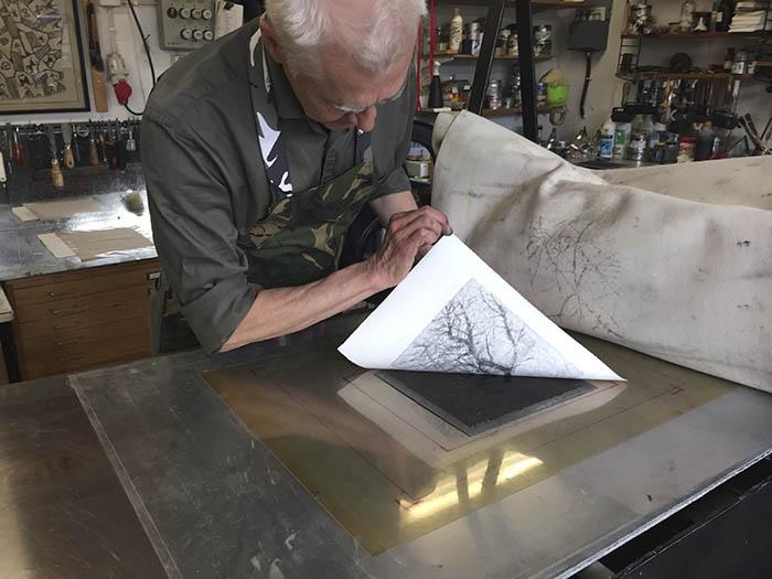 """Goya får anses som den störste etsaren i den tekniken.Picasso räknas som tidernas grafiker och han utförde en mängd bilder i just djuptryck.På svensk mark är Anders Zorn vår främste etsare. Axel Fridell är inom torrnålsgra vyren den mest framstående. Torrnålsgravyr innebär att verktyget är en vass, slipad nål.Kopparsticket och torrnålsgravyren är likartade. I den förstnämnda tekniken skrapas själva """"graden"""" som plöjs upp av stickelns rörelse i kopparplåten bort.Begreppet """"torrnåletsning"""" är ett tekniskt missförstånd och helt felaktigt.En etsning kan givetvis etsas på många sätt. Från en grundad plåt kan större eller mindre ytor blottas för syrebadets angrepp sk flatbitning.I dagens utvecklade teknik användes metoder med förpreparerade , tunna aluminiumplåtar, som är ljuskänsliga, och som etsas i vanligt vatten.Det här vi finner metoder för fotoöverföring av bilder etc. Uttrycket FP (fotopolymer) är en sådan metod. Det finns andra."""