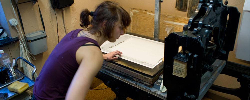 PLANTRYCK- som konstgrafisk metodLitografi är en plantrycksmetod. Den bygger på att fett och vatten stöter ifrån varandra. I tryckformen finns inga fördjupningar, mekaniska bearbetningar, eller av stark syra bitna linjer, som i en etsning eller träsnitt, utan alla ytor ligger i samma nivå. Tryckformen, som bilden hämtas från när den överförs till pappret, kan vara av kalksten, en särskilt kornerad plåt av zink eller aluminium eller en aluminiumplåt belagd med ett ljuskänsligt skikt. År 1798 uppfann Alois Senefelder (1771-1834) litografien, stentrycket. Ordet kommer från grekiskan lithos som betyder sten och grafein skriva. Han såg att en viss sorts kalksten, som bröts i hans hans hemtrakter, Solnhofen, nära München, med lätthet absorberar fett och vatten. En teckning med fet krita eller fet tusch fastnar på den planslipade stenen. Fuktas stenen med vatten och valsas in med fet tryckfärg fastnar färgen bara i teckningen och inte på de ytor som sugit upp vatten. Pappret läggs direkt på den infärgade stenen och bilden blir spegelvänd när den trycks.Den snabbhet som metoden innebar, i förhållande till tidigare trycktekniker, kom genast att revolutionera såväl konsten som den merkantila grafiken. Francisco Goya blev snart intresserad. Han var en av de första att använda den litografiska tekniken när han gjorde serien Tjurarna i Bordeaux, 1824-25. Dagsaktuella händelser i bild och text kunde tryckas och spridas samma dag i stora upplagor som Honoré Daumiers (1810-1879) politiska karikatyrer eller Henri Toulose-Lautrecs (1864-1901) affischer. Tekniken kom också väl till pass för tryckning av notskift, aktiebrev, etiketter, kartor mm. Men innan den tecknade stenen eller plåten kan tryckas måste den prepareras. Först skyddas teckningen med hartspulver och talk. Sedan behandlas den med en gummilösning tillsatt med en svag ets. I denna kemiska process förstärks de partier i stenen eller plåten som inte ska ta färg utan istället ska kunna hålla en maximal vattenupptagningsförmå