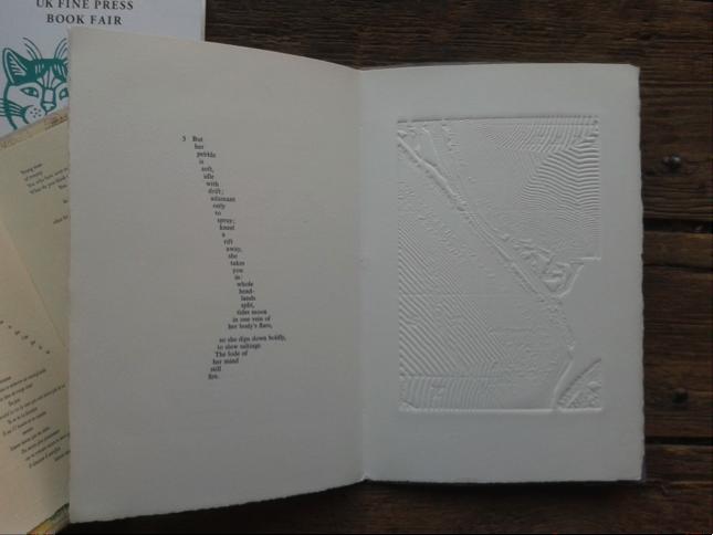 För en bildkonstnär är materialiteten en självklar aspekt av det konstnärliga uttrycket; att formge det fysiska materialet är att ge verket ett innehåll – även när man arbetar i bokform. För bildkonstnären är också egen produktion något som vi är vana vid. Det är till och med  ofta en viktig del av verkets tillblivelse, den konstnärliga processen. Ron King, som driver förlaget Circle Press, har gjort bilderna i den här boken, som tillkommit i nära samarbete med Keith Please, som har skrivit dikten. Ron har också handsatt texten och tryckt både bild och text.